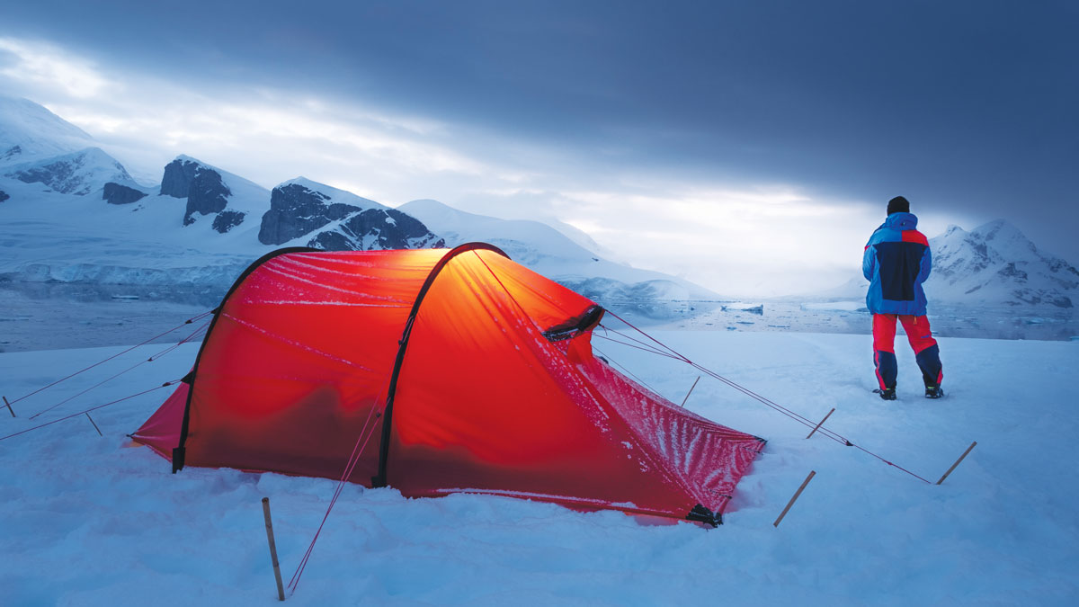 在南極半島的冰天雪地中露營